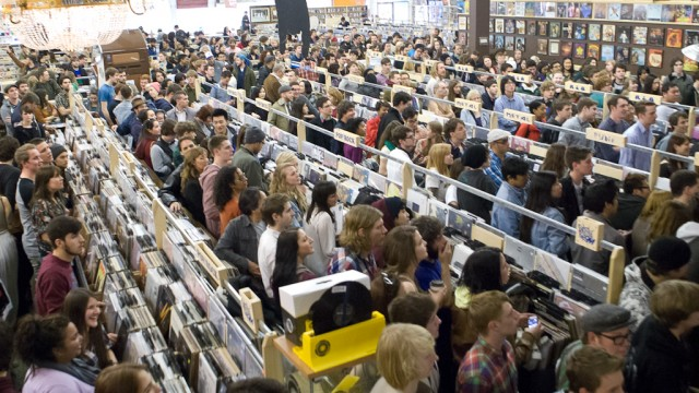 20120421-Record-Store-Day-The-Crowd-at-Sonic-Boom-36-Photo-by-Corbin-Smith-640x360